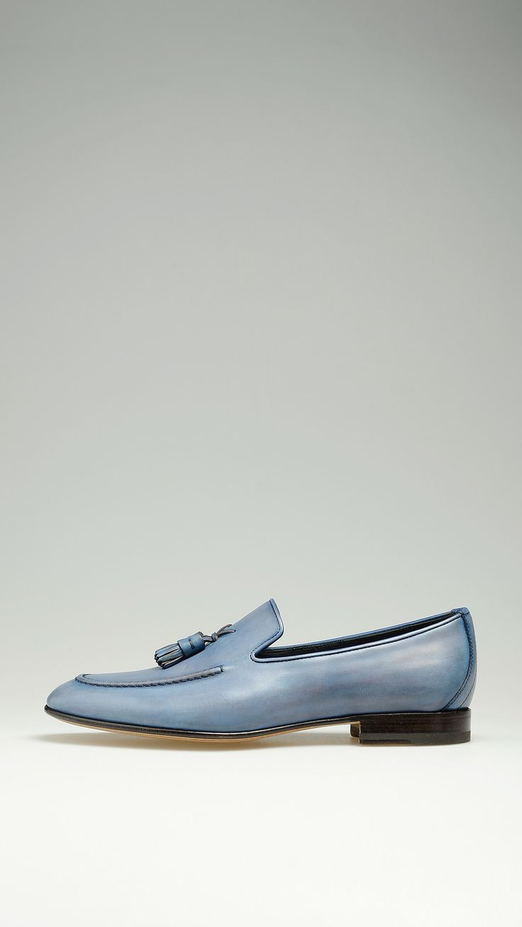 Blue loafers featuring double tassels, half lining in brushed leather, leather sole and heel, non-slip rubber half sole, 100% leather.