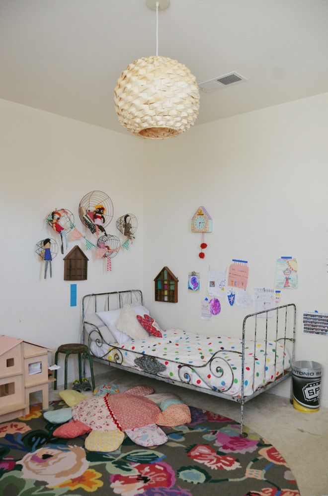 Baskets and dollies above the bed. #kids #decor