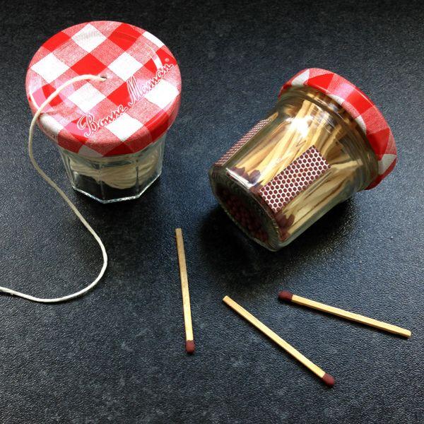 Recyclez vos mini pots de confiture Bonne Maman en cuisine : un dévidoir à ficelle et une boîte d'allumettes qui ne craint pas l'humidité.
