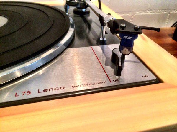 Schopper AG - Plattenspieler Lenco L 75 mit Ahorn Konsole