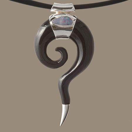 mooie hoorn spiraal haak hanger met opaal van Ronibiza - tribal sieraden op DaWanda.com