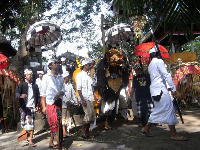 The Barong leaves Pura Pucak
