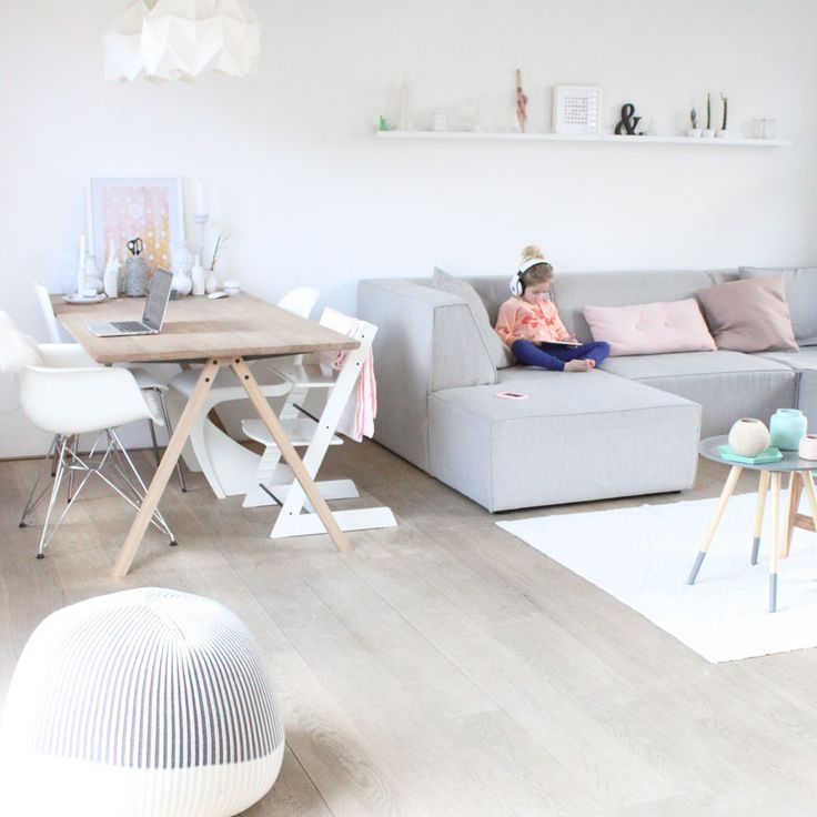 Un beau plancher, du blanc, des meubles en bois mais surtout, cette petite touche de couleur douce aux tons pastels sur un coussin, une table basse,... #scandinavian //Dear Scandinavian home style: I love you, but why are you always so bland? where's the joi de vivre, the colour, the little madness that is life experiences? Show me the eames in turquoise, the pillows in yellow and the ornaments in orange and then we'll talk again.//