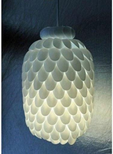 lámpara de techo con cucharas desechables