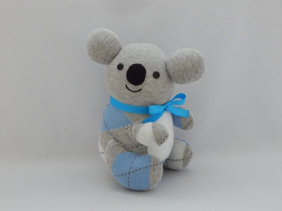 Este juguete de la felpa adorable koala oso está hecha de calcetines grises con patrones de blanco y azul argyle. Tiene ojos de botón y boca bordado. El vientre blanco se hace del paño grueso y suave. Él use cinta azul alrededor de su cuello.  Todo en el calcetín del calcetín del mundo está hecho con mucho cuidado, amor y orgullo. Usar sólo materiales nuevos y manos cosen todo en ambiente libre de humo.  Juguetes de peluche de Koala es lavable. Por favor, lavar en agua fría en ciclo suave y…