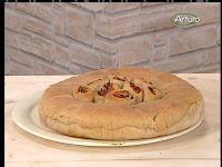 Ricette TV: Sara PapaPer l'impasto: 600 g di farina 1 Petra 1                                                         400 g di acqua                                                         150 g di lievito madre oppure 12 g di lievito di birra                                                         10 g di sale                                                         400 g di cipolla di Tropea                                                         300 g di pomodori a grappolo