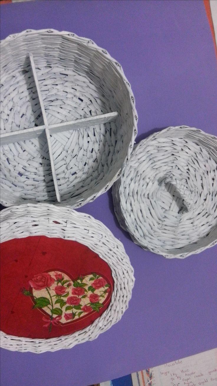joyero organizador, en tejido de papel periódico. Ariadna Cruz.