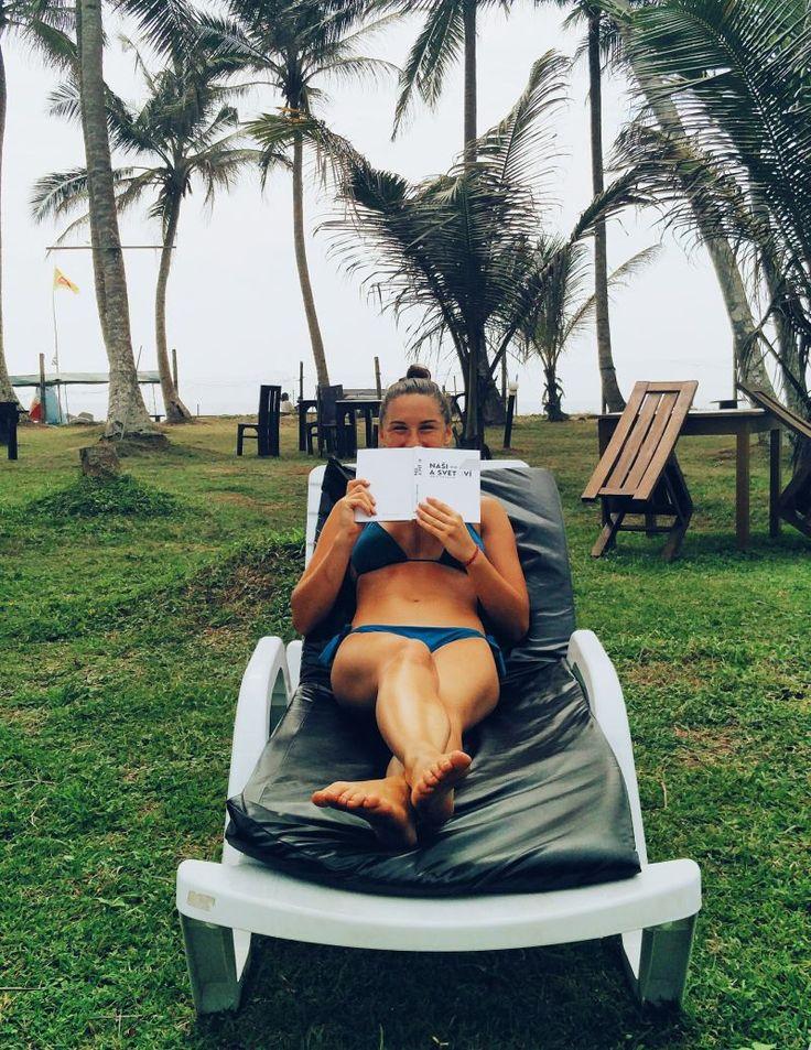 Tu už vysmiata s knihou v hoteli, ktorý je na pláži aj naozaj, nie len podľa popisu. Peniaze od Airbnb už boli v kapse ale poviem vám, nebolo mi všetko jedno, keď mi lietalo 1000€ v lufte