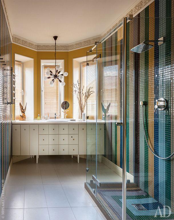 Ванная комната на первом этаже. Душевая кабина и подстолье для раковины изготовлены по <br /> эскизам автора.