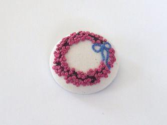 刺繍のくるみボタンブローチ・大(ピンクペッパーのリース)の画像