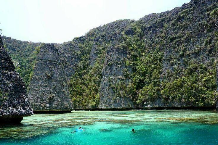 Keindahan Pulau Misool di Raja Ampat bagaikan Surga Kecil yang menakjubkan. Pulau yang masih jarang dikunjungi banyak orang ini menyimpan banyak sekali keindahan, baik dari pantai, bukit, maupun alam bawah lautnya. === For details / reservation / private trip arrangement please mail to tuk4ng.jalan@gmail.com or visit our website www.tukangjalan.com === #misool #rajaampat #opentrip #opentripmisool #tripmisoolrajaampat #Tukang_Jalan #tukangjalantrip #tukangjalan #explorerajaampat…