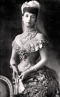1900 Queen Victoria's daughter-in-law, Alexandra, popularizes pearl chokers - also notice the cameo