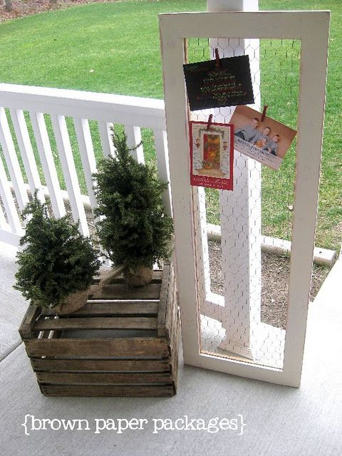 Chicken Wire Card Holder: Frames Christmas, Cards Display, Idea, Christmas Cards Holders, Chicken Wire Frames, Art Display, Holidays Cards, Christmas Card Holders, Brown Paper Packaging