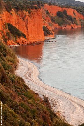 Πιο κόκκινο δε γίνεται!Το σήμα κατατεθέν της παραλιακής ζώνης,τα χαρακτηριστικά βράχια στα όρια Αγίου Χαραλάμπους και παραλίας Καγκέλες.