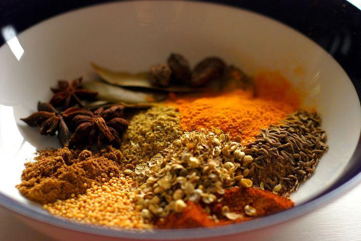 Πώς θα φτιάξεις μόνος σου -σε 2 λεπτά- τα πιο διάσημα μείγματα μπαχαρικών στον πλανήτη