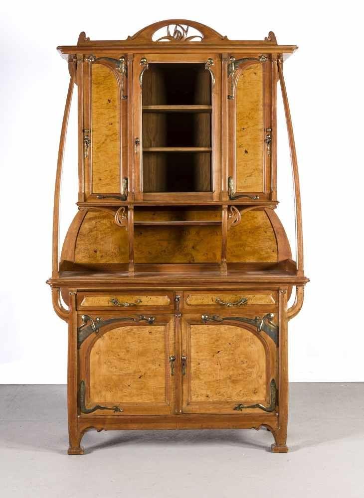 Jugendstil-Aufsatzschrank, Entwurf Léon Benouville (1860-1903), Ausführung durch MercierFrères, Paris um 1900, Nussbaum und Mahagoni, 2-türiger Unterbau mit darüber gelagerten Schubladen auf mass