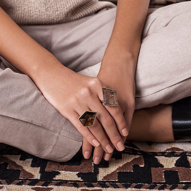 O efeito translúcido e cristalino dos anéis Vanessa Robert refletem a sofisticação da coleção #VRétnicontemporâneo. Na foto, anéis Cruzeiro do Sul e Quartzo Rutilado