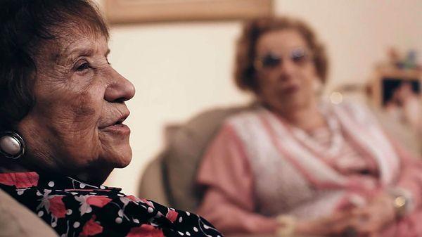 """En """"Lea y Mira dejan su huella"""", dos valientes mujeres evocan sus días como prisioneras en Auschwitz. La película se estrena en el Malba. Dos sobrevivientes del genocidio ejecutado por las fuerzas alemanas contra el pueblo judío recuerdan los días en los que fueron prisioneras en los infernales campos de exterminio de Auschwitz, cuando siendo …"""