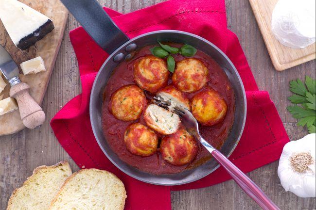 Le polpette di ricotta col sugo sono un secondo piatto gustoso tipico della Calabria, di origine contadina, a base di ricotta, uova e prezzemolo.
