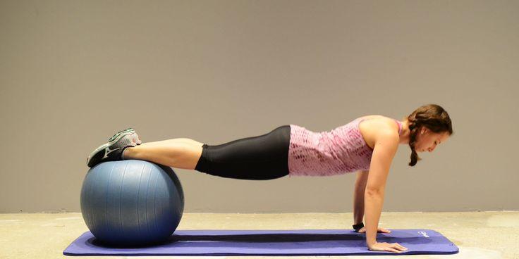Avec seulement un mur, un ballon d'exercice et un tapis de yoga, vous pouvez effectuer un entraînement complet sollicitant le corps en entier.   Le ballon stabilisateur est idéal pour s