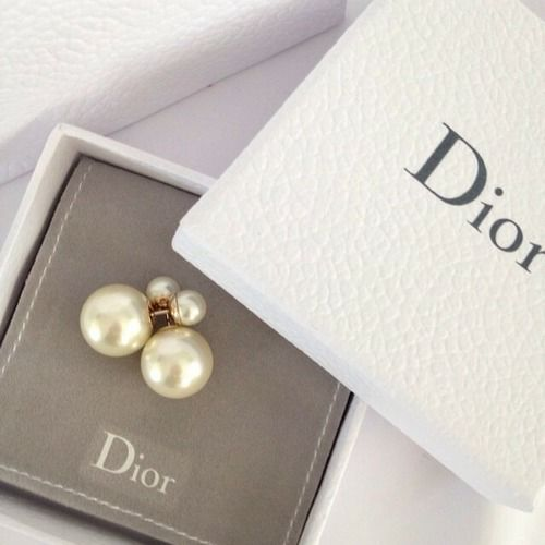 for the love of pretty Christian Dior pear back pearl errands. I die.