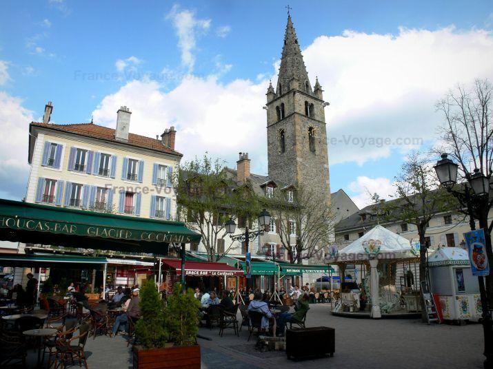 Barcelonnette: Place Manuel : tour Cardinalis (tour de l'Horloge), maisons…