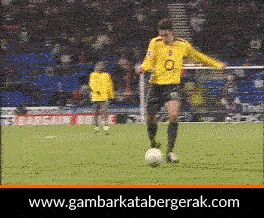Gambar animasi bergerak lucu sepakbola, nendang gak kena :D