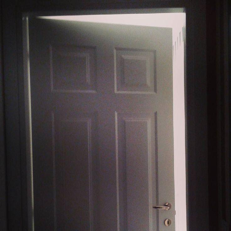 """#GustavoRodriguez Gustavo Rodriguez: La """"puerta"""" no es espaciosa ni estrecha. La puerta es la de """"salida"""" y se encuentra hacia """"atrás"""" La """"porta"""" non è spazioso o stretto. La porta è """"l'uscita"""", ed è indietro."""