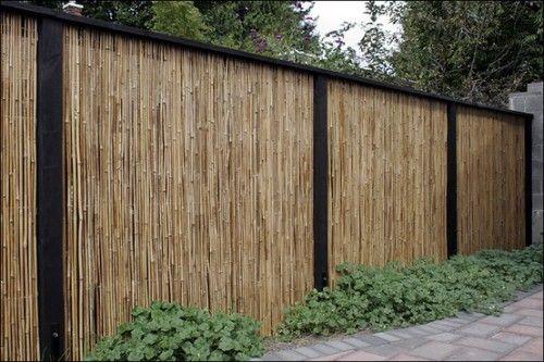 Schutting van bamboematten (niet duur) in zwart gebeitst houten frame.