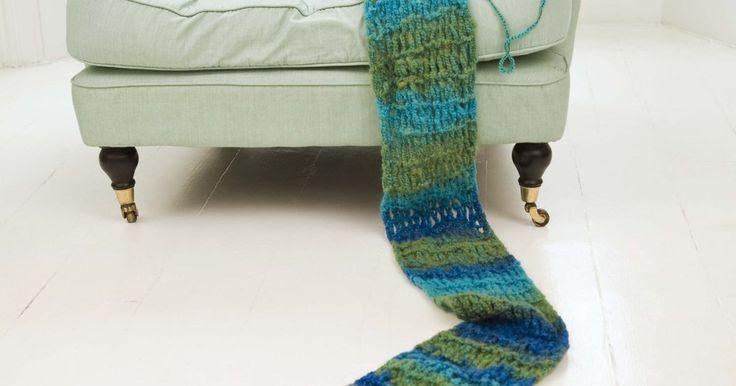 Como tricotar um cachecol à mão. Cachecóis tricotados são acessórios práticos e úteis para usar no inverno e manter seu pescoço e rosto quentes. Em vez de comprar um em uma loja, que às vezes pode ser mal feito ou caro, você pode fazer o seu próprio cachecol de tricô feito à mão usando um fio suave que você pode escolher em uma loja de artesanato.