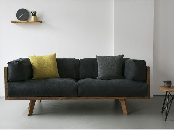 Das Oak Linen Sofa ist aus massiver Eiche für die Ewigkeit gebaut. Polsterung: Gummigurte in Stahlrahmen. Kissen: Aus natürlichem Leinen mit Daunenfüllung. Das Sofa wird auf Bestellung angefertigt.