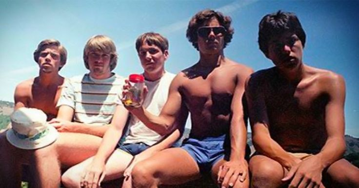 5 Friends Recreate Same Photo Every 5 Years Since 1982