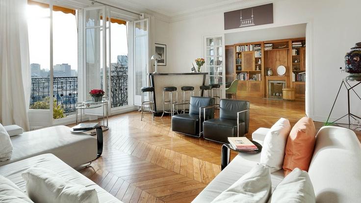 Dans un immeuble pierre de taille, appartement ensoleillé de 252 m² avec vue dominante sur Paris et la Tour Eiffel. Double réception, salle à manger, bureau et 3 chambres. Chambre de service accessible par ascenseur. Parking en sus du prix.