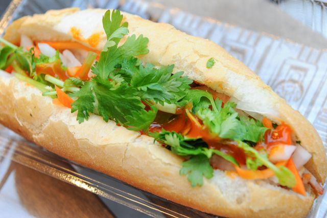 「バインミー」ってご存じでしょうか? 筆者の大好物なんですが、まだいまいち日本では知名度が低いんですよね。一言でいうと、ベトナムのサンドイッチなのです。 ベトナム料理はヘルシーで美味しいってことで、日本でも人気は定着しつつあって、フォーはすでに定番化。 でも、バインミーはまだまだ食べられるお店が少ないんですよ。ベトナム料理屋さんでもメニューにある店は限られています。 そんなある日、私は早稲田大学の近くにいまして、お昼ごはん、なに食べようかな? と腹ペコモードになっておりました。 ベトナムのハノイの街角で食べたバインミー、美味しかったな……この辺はラーメン屋さんばかりだな、などと考えながら歩いて…