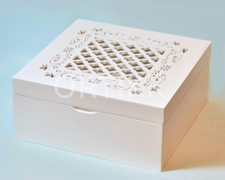 Piękna, drewniana szkatułka z szybką i ażurowym wieczkiem. W środku 4 przegródki.   #szkatułka #biała #shabby #ażur #kasetka #case #organiser #organizer #prezent #gift #decoration #dekoracja #ozdoba #ortikk
