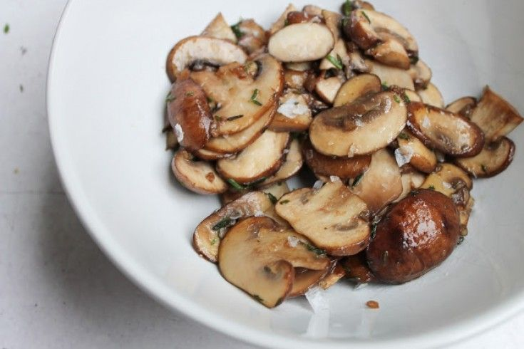 Herfst hapje: gebakken knoflook-champignons met tijm - Culy.nl