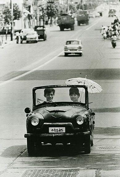 Takeyoshi TANUMA :: Going on a drive in a handmade car, Tokyo, 1962