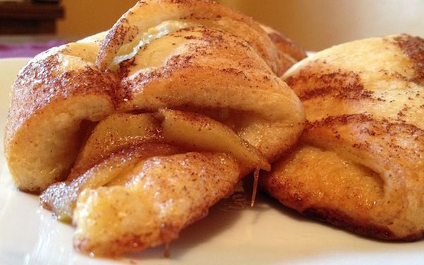 Apple Crescent Rolls - These yummy apple pie pockets are super easy to make. They're made with crescent roll dough and a whole lot of gooey apple goodness. | kitchenability.com