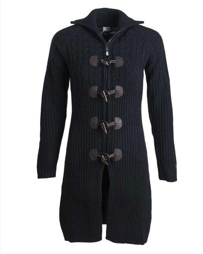 Supervest….7/8 lengte (dus net boven de knie) in Recycled Wool in marine, met een mooie pasvorm, verrassend kabelmotief, houtje-touwtje sluiting met rits en elleboogstukken.