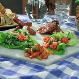 Grillad salsiccia med bönsallad och paprikaröra