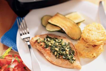 Kalkoenschnitzel met citroen-bieslookpesto en aardappelkoekjes - Recept - Allerhande
