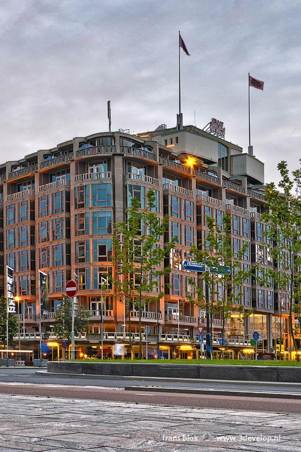 Het Groot Handelsgebouw (oorspronkelijk Groothandelsgebouw geheten) naast het Centraal Station is een van de meest kenmerkende Rotterdamse gebouwen uit de Wederopbouwperiode na de Tweede Wereldoorlog. Het enorme pand werd gebouwd naar een ontwerp van de architecten Maaskant en Van Tijen, op de plaats waar tot het bombardement van 1940 de Diergaarde gevestigd was. Het gebouw werd in 1953 geopend als verzamelpand voor de.groothandel en is tegenwoordig vooral als kantoor in gebruik.