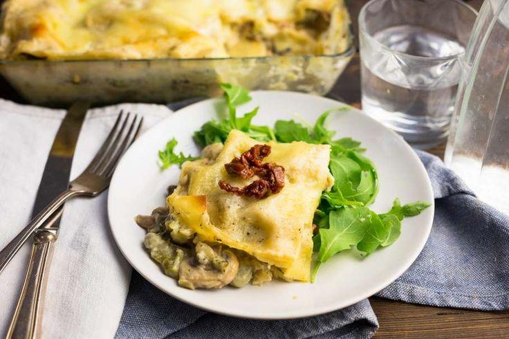 Recept voor lasagne van broccoli, champignons & mozzarella voor 4 personen. Met zout, boter, olijfolie, peper, broccoli, champignon, tuinbonen (diepvries), ui, knoflook, zongedroogde tomaten, citroen, lasagnebladen, bloem, melk en mozzarella