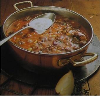 Gulášová polévka s fazolemi a rajčaty