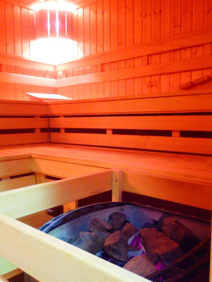 Sauna fińska (tzw. sucha) to miejsce w hotelowym SPA, gdzie w trakcie jednego seansu możemy spalić około 300 kalorii.