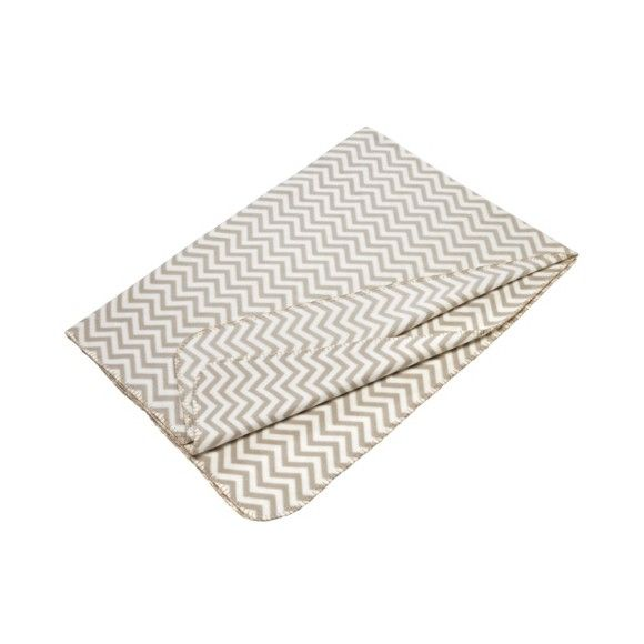 Diese Wohndecke von BOXXX bringt Ihnen den beliebten skandinavischen Einrichtungsstil direkt auf Ihre Couch. Dieser Stil zeichnet sich beispielsweise durch klare Linien und geometrische Formen aus. Auf dieser Decke wurde dies mit einem <b>beigen</b> Zick-Zack-Muster auf <b>weißem</b> Hintergrund umgesetzt. Da das Wohnaccessoire aus 100 % Polyester besteht, ist es besonders pflegeleicht und strapazierfähig. Kuscheln Siesich bei einem gemütlichen Abend auf der Couch in diese weiche Wohndecke…