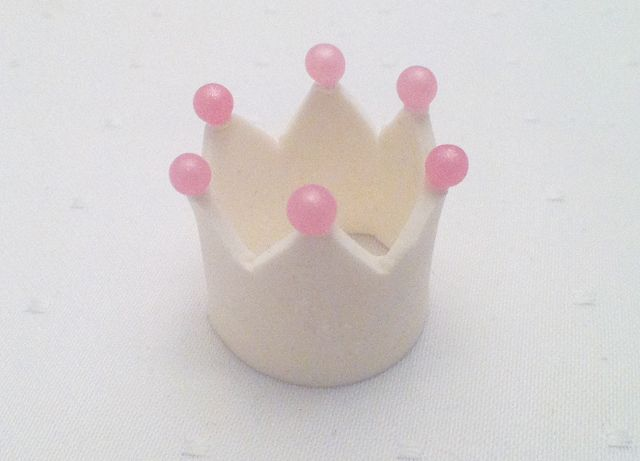 Crown cupcake topper tutorial - have to keep this in mind for my niece's birthday next year :)