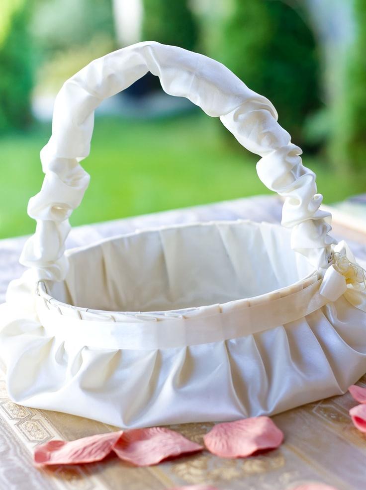 Pentru ziua minunata a nuntii nu poate lipsi acest cosulet pentru cocarde sau pentru petale. Cosuletul este realizat din tafta crem si accesorizat cu panglica din satin crem.    Diametru: 20cm.  Inaltime: 25cm