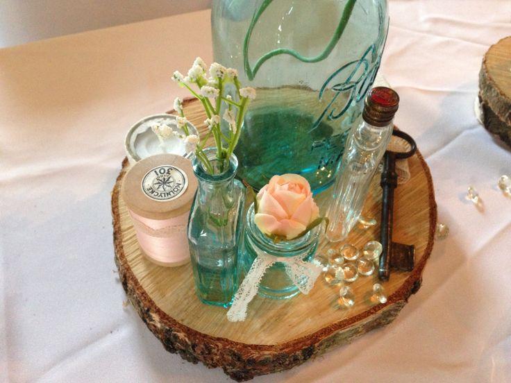 love tolle vintage dekoration mit holzscheibe glasfl schen altem schl ssel und spitze www. Black Bedroom Furniture Sets. Home Design Ideas