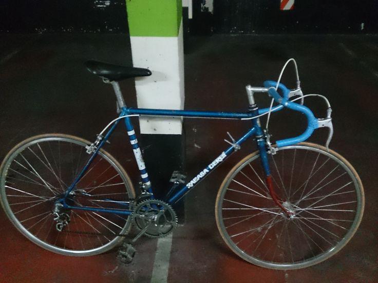Bicicleta original de la fixie negra que pusimos en el anterior pin. Es una derbi rabassa de carretera adquirida por componentes bicicleta baratos en Zaragoza ( segunda mano )